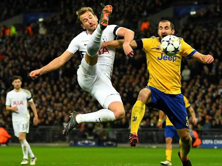 Tottenham Didepak Juventus, Ada Fans Kibarkan Jersey Arsenal di Wembley