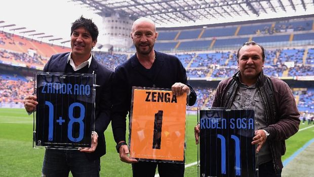MILAN, ITALY - MAY 03:  L-R Ivan Zamorano, Walter Zenga and Ruben Sosa Ardaiz, former players of Internazionale Milano, receive a tribute before the Serie A match between FC Internazionale Milano and AC Chievo Verona at Stadio Giuseppe Meazza on May 3, 2015 in Milan, Italy.  (Photo by Tullio M. Puglia/Getty Images)
