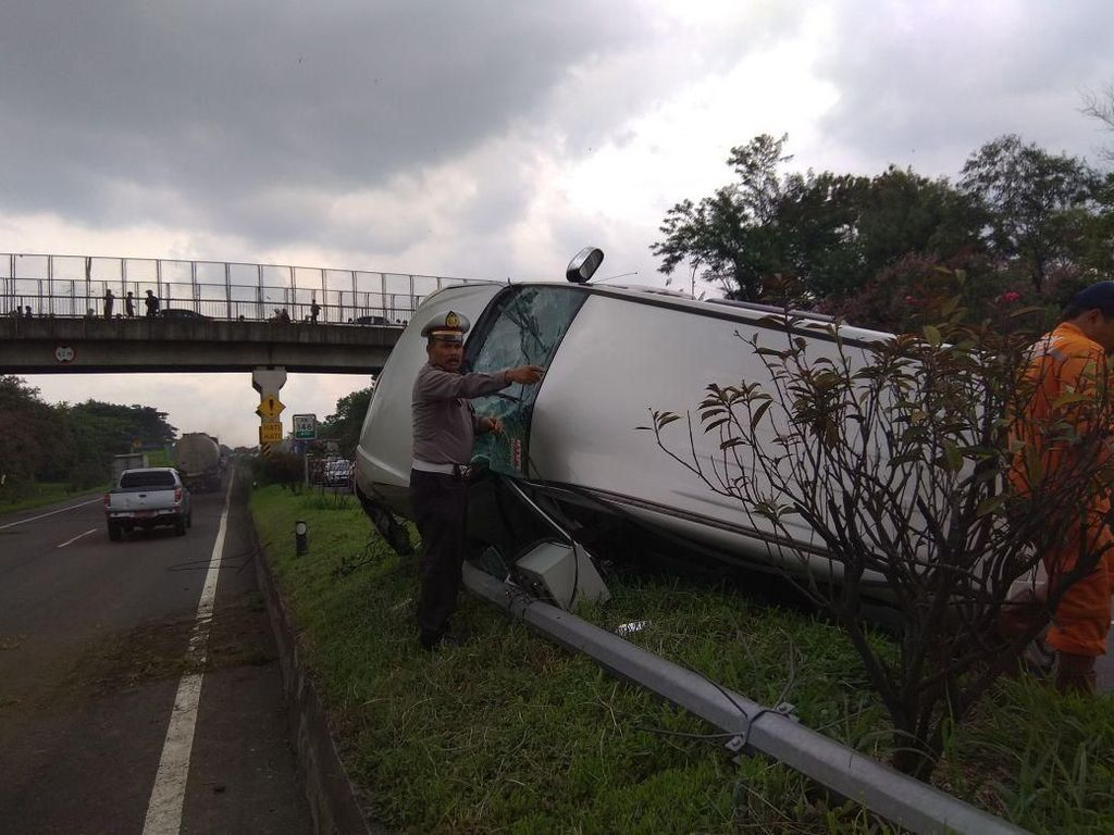 Pecah Ban, Minibus Terbalik di Tol Padaleunyi