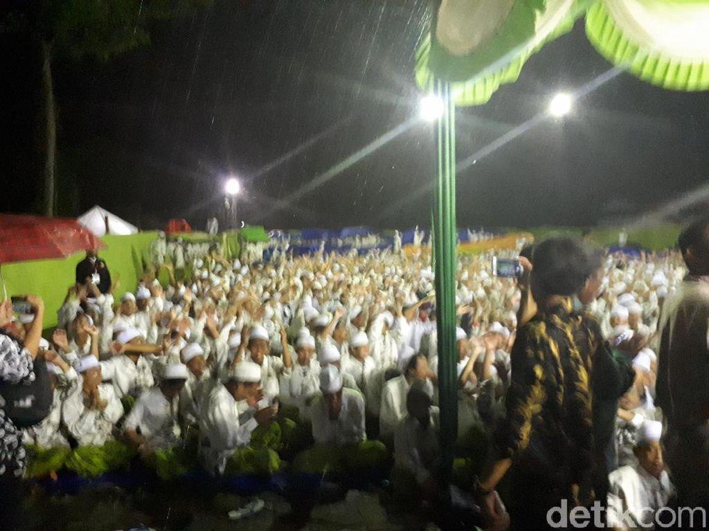 Tunggu Jokowi, Santri Ponpes Langitan Berselawat dan Hujan-hujanan