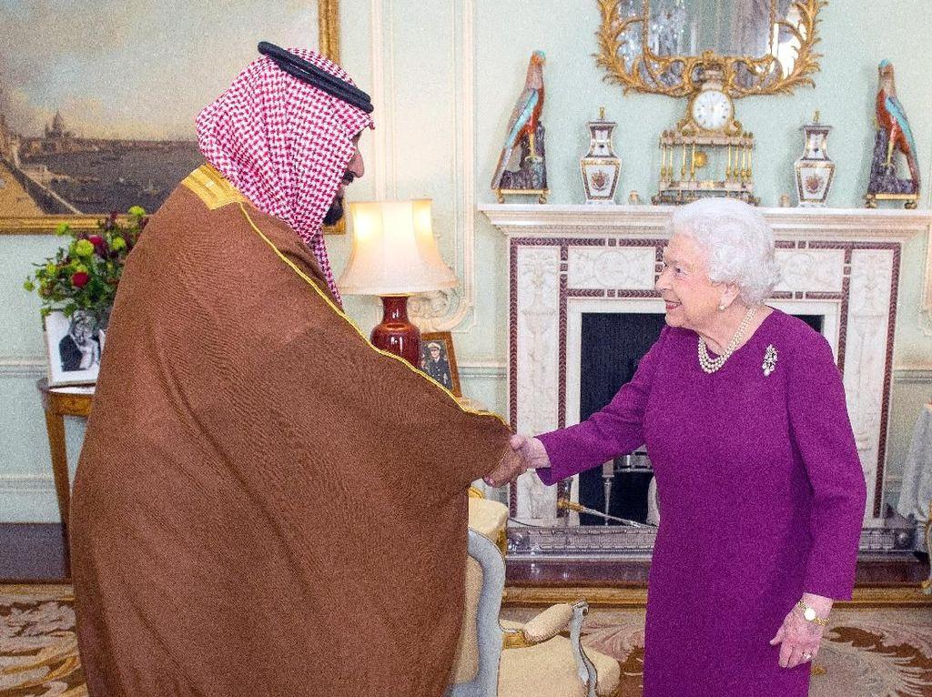 Foto: Senyum Putra Mahkota Arab Saudi Saat Bertemu Ratu Elizabeth