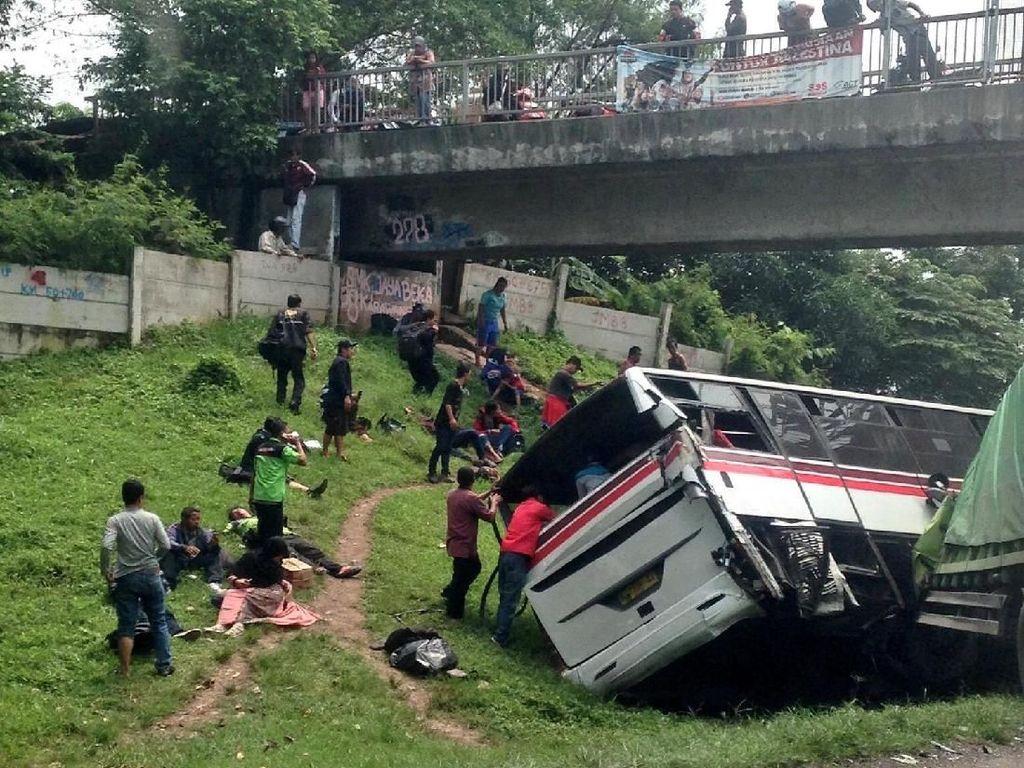 Kecelakaan di Tol Cikampek Diduga karena Sopir Truk Mengantuk