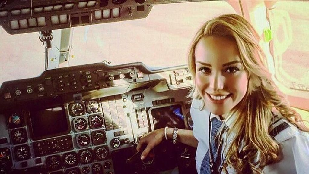 Gaya Liburan Pilot Cantik Pesawat Jet Pribadi Cristiano Ronaldo
