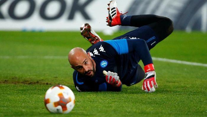 Pepe Reina digosipkan akan pergi ke Chelsea, meski dia baru bergabung dengan AC Milan (Tony Gentile/Reuters)