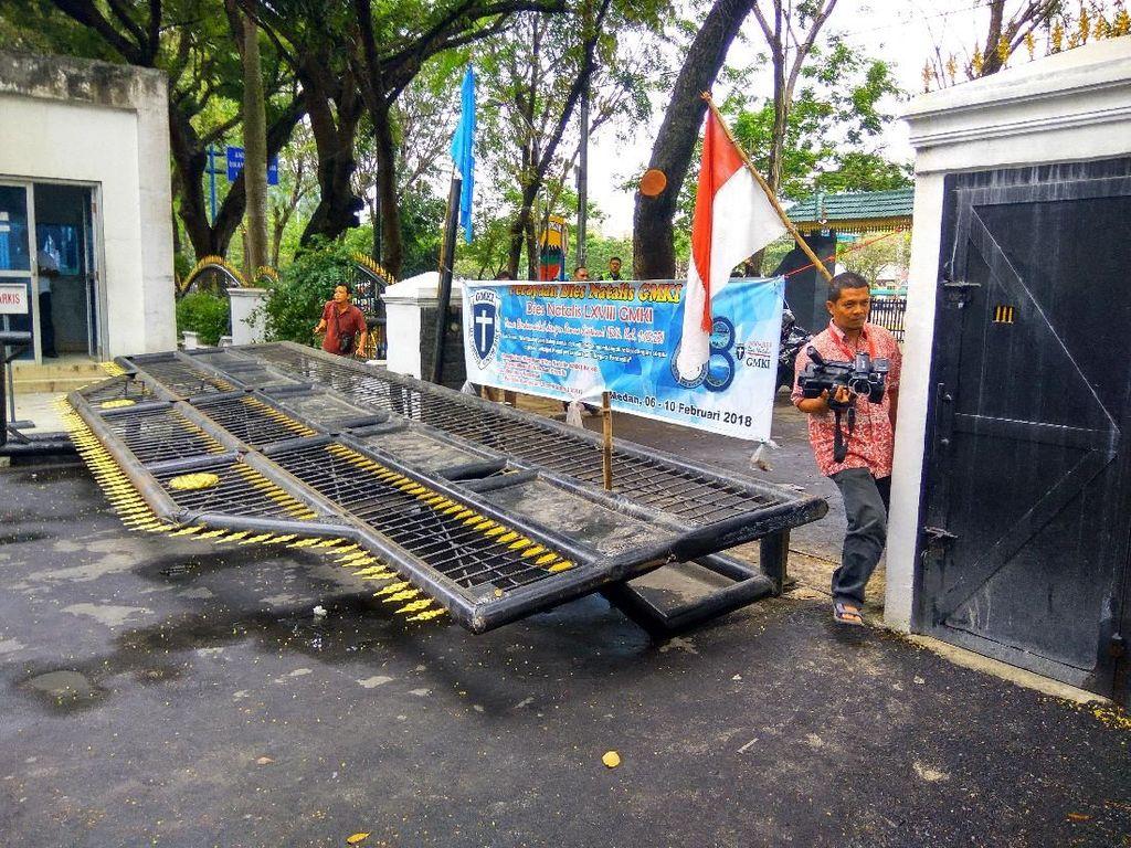 Bum!!! Gerbang DPRD Sumut Tumbang Didobrak Mahasiswa Penolak UU MD3