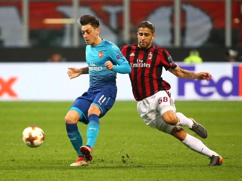 Mesut Oezil Dinamo Serangan Arsenal