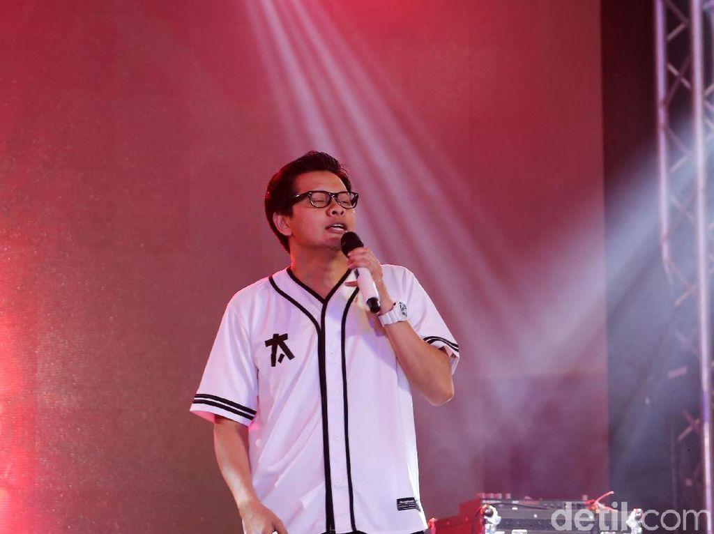 Armand Maulana Nyanyikan Kamu CJR Pakai Kopi Sachet di Proyek Lagu dari Rumah