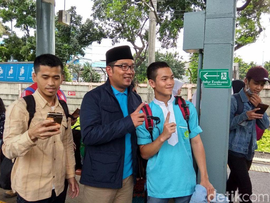 Ridwan Kamil Jadi Sasaran Selfie Roker di Stasiun Pasar Minggu