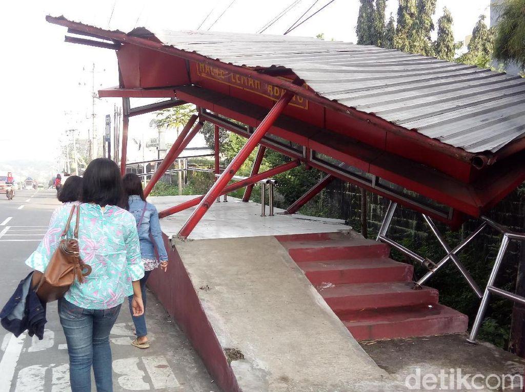 Ditabrak Truk Tronton, 2 Halte Bus Trans Jateng Rusak Parah