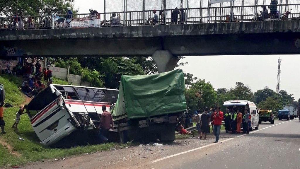 Foto: Ini Bus dan Truk yang Kecelakaan di Tol Cikampek