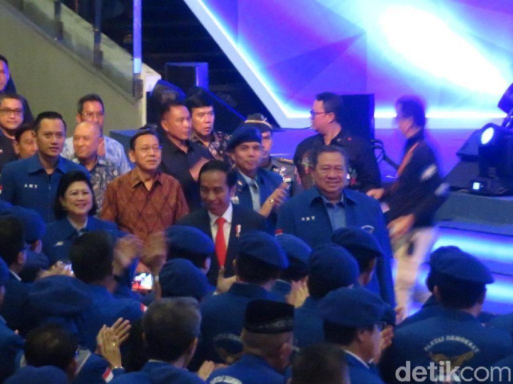 Momen Jokowi Berdiri Saat Mars Demokrat Dinyanyikan di Rapimnas