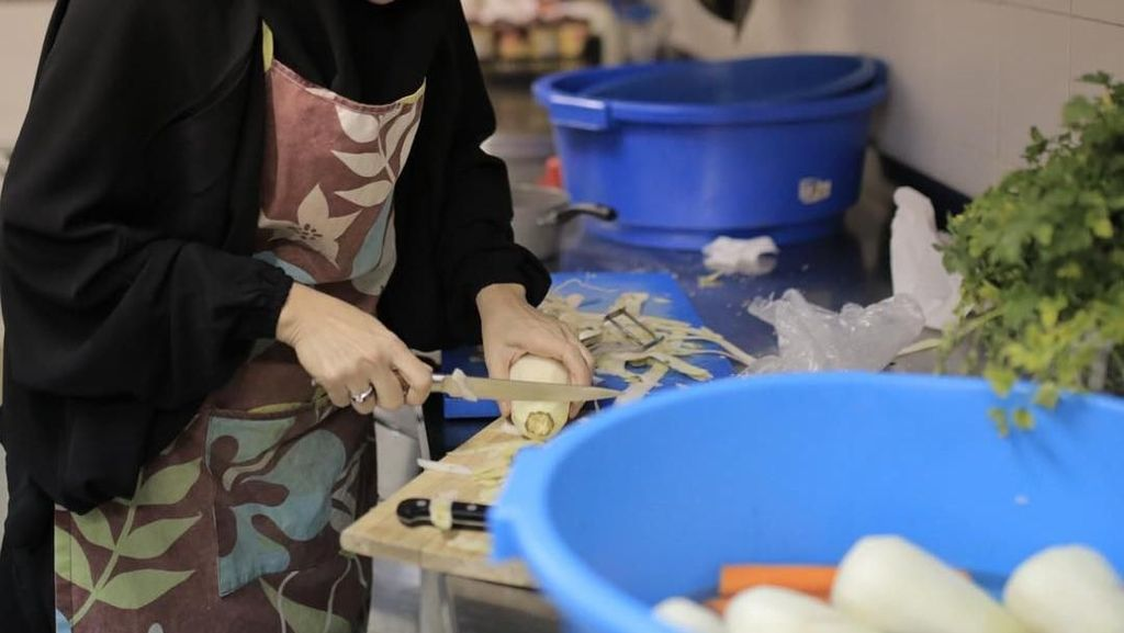 Bikin Adem! Ini Pose Dewi Sandra Sedang Masak dan Nikmati Makanan Favorit