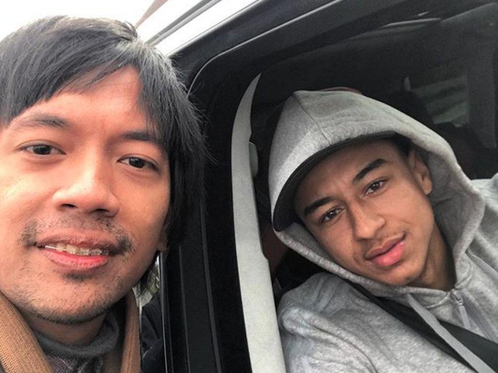 Bikin Iri! Rian DMASIV Foto Bareng 2 Bintang Manchester United