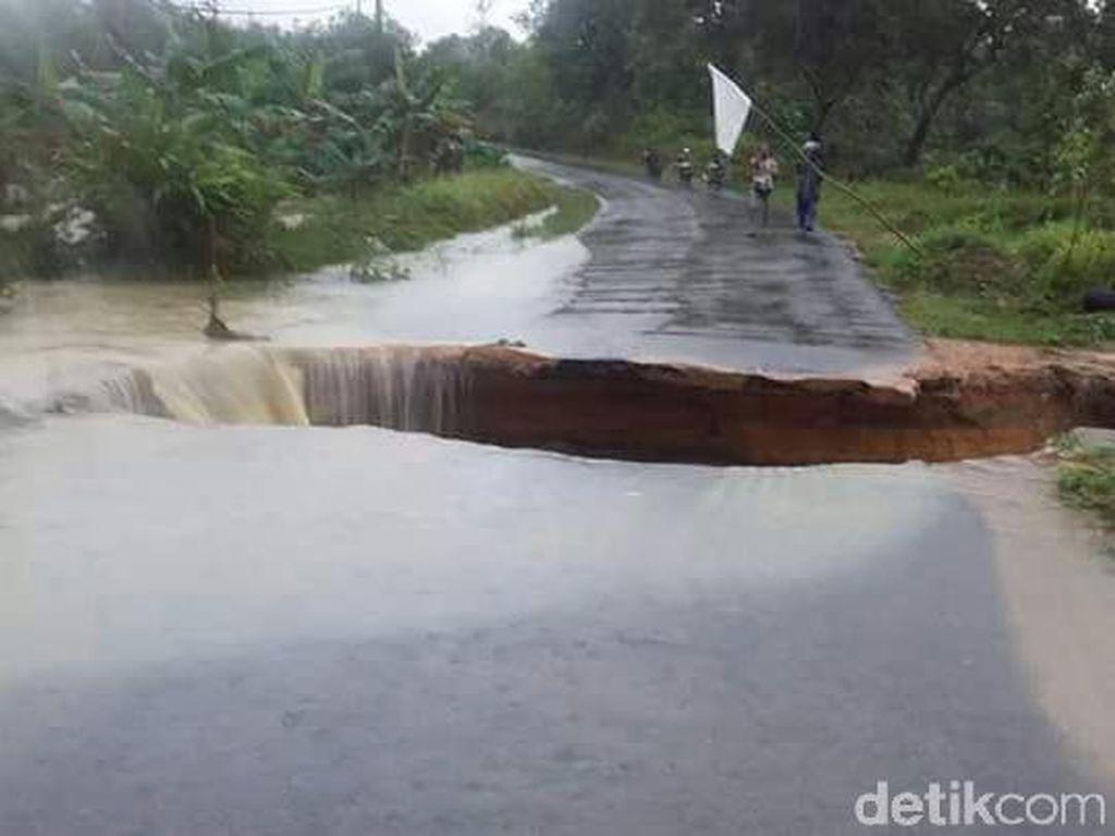 BPBD Cek Akes Jalan dan Jembatan yang Putus karena Banjir Babel