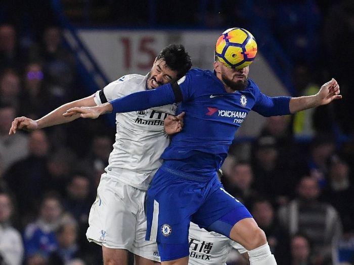 Olivier Giroud berduel udara dengan James Tomkins di laga Chelsea vs Crystal Palace. (Foto: Toby Melville/Reuters)