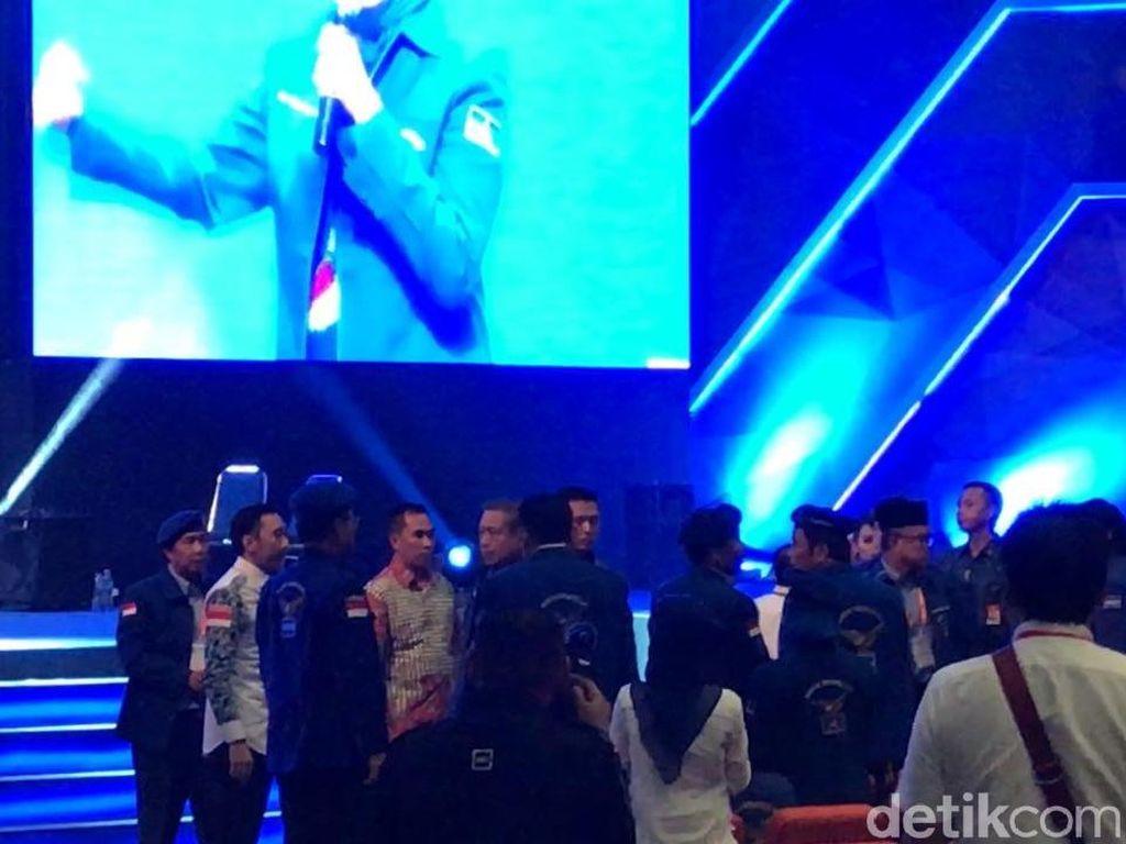 Saat SBY Berdiri Karena Sejumlah Kader PD Keluar Arena Rapimnas