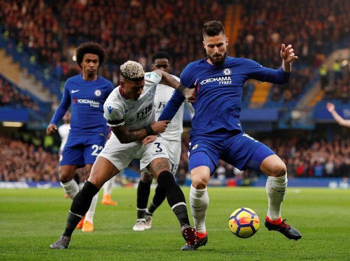 Striker Olivier Giroud berebut bola dengan Patrick van Aanholt di laga Chelsea vs Crystal Palace. (Foto: John Sibley/Reuters)