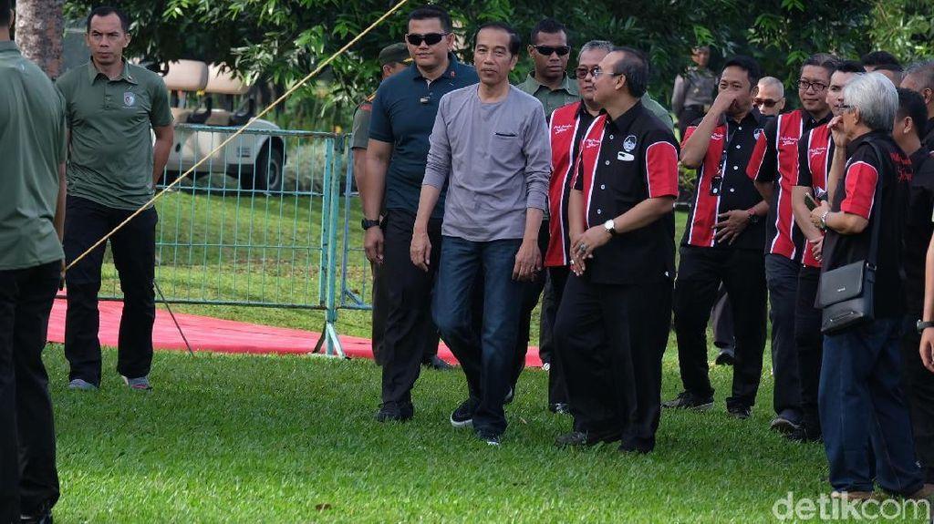 Tampil Kasual, Jokowi Hadiri Festival Burung di Kebun Raya Bogor