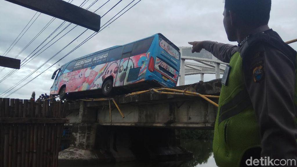 Roda Kiri Nggantung, Bus di Maros Ini Nangkring Mengerikan di Jembatan