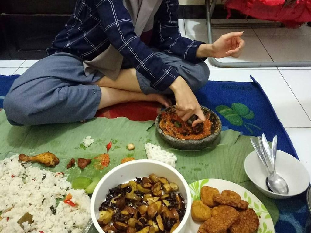 Yuk, Intip Keseruan Rina Nose Saat Ngeliwet dan Makan Nasi Padang