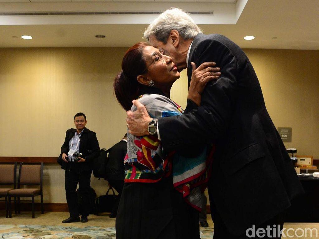 Potret Kehangatan Menteri Susi dan John Kerry