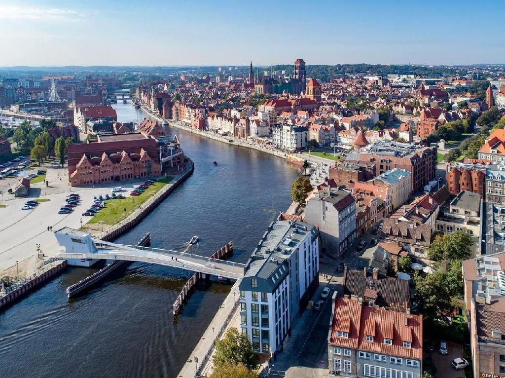Polandia Hilangkan Karantina Bagi Beberapa Turis yang Sudah Divaksinasi?