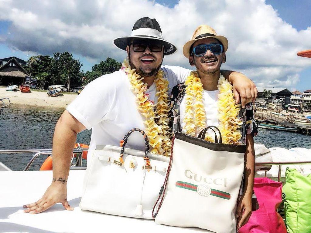 Pose Mirip Alay, Ivan Gunawan Bergaya dengan Tas Seharga Mobil