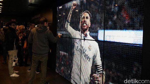 foto Sergio Ramos yang dibuat dari kolase foto pengunjung Santiago Bernabeu.