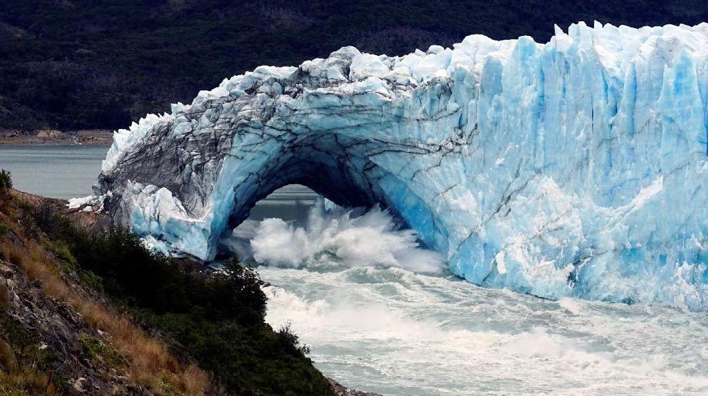 Pemandangan Menakjubkan Runtuhnya Gletser di Argentina