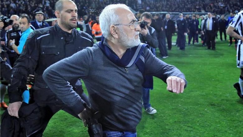 Presiden Klub yang Bawa Pistol ke Lapangan Minta Maaf