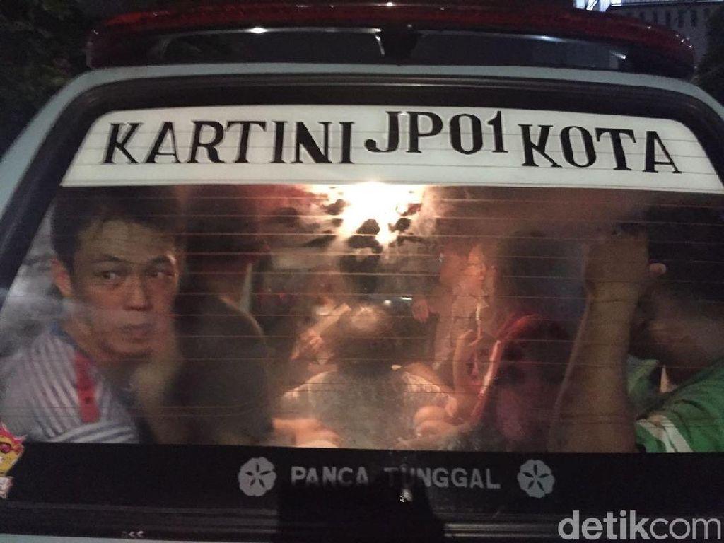 Pakai Angkot, Penjudi yang Ditangkap di Sawah Besar Dibawa ke Polda