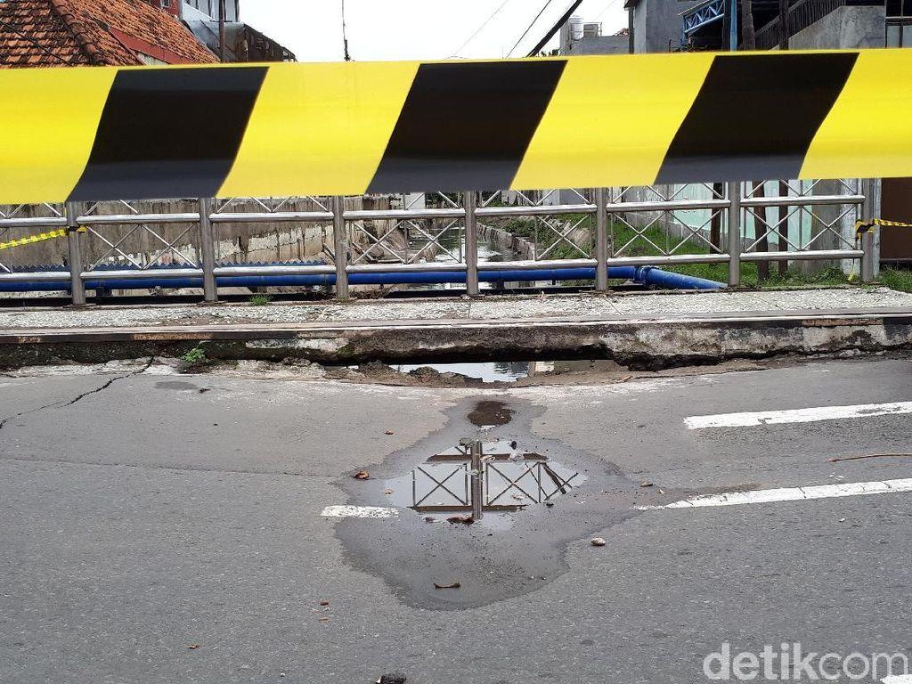 Hati-hati, Jembatan Jalan Kartini Ambles dan Retak