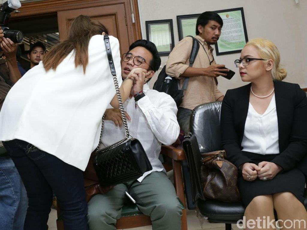 Sidang Cerai Roby Geisha Digelar Bareng Abdee Slank