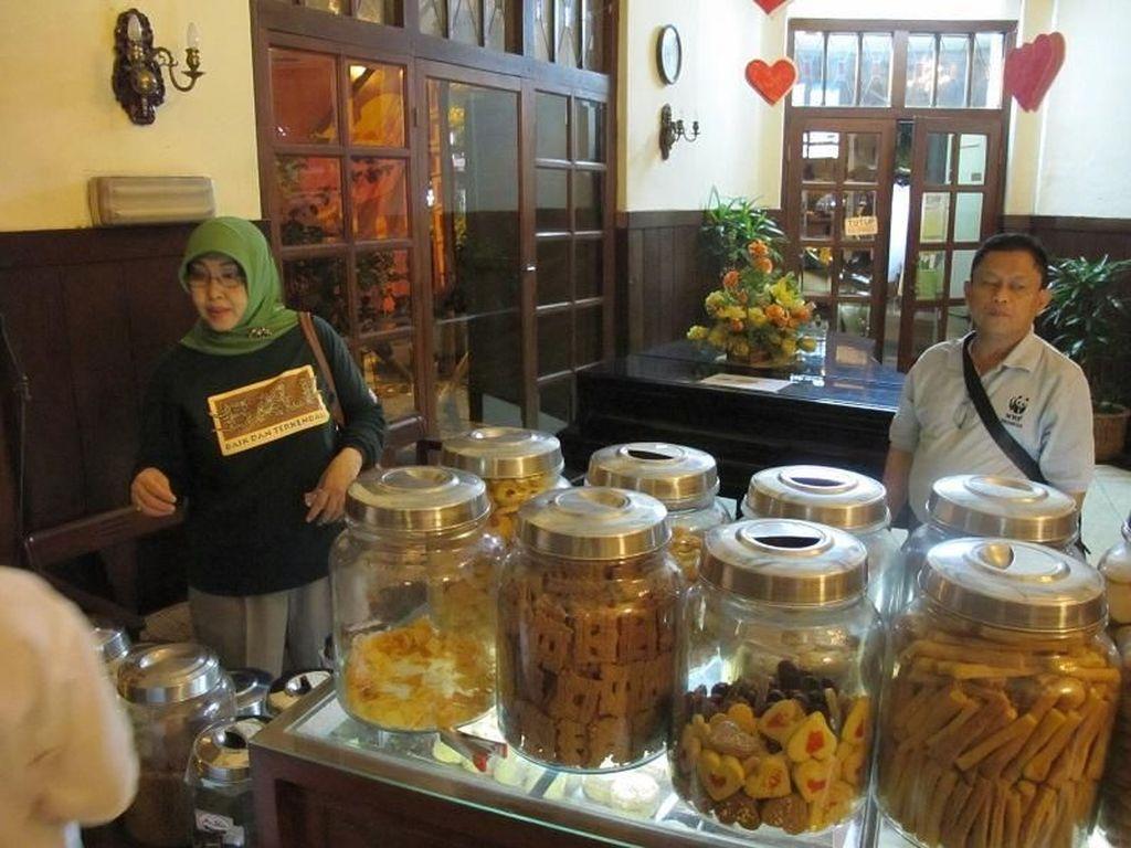 Nostalgia Suasana Jadul Toko Oen Semarang