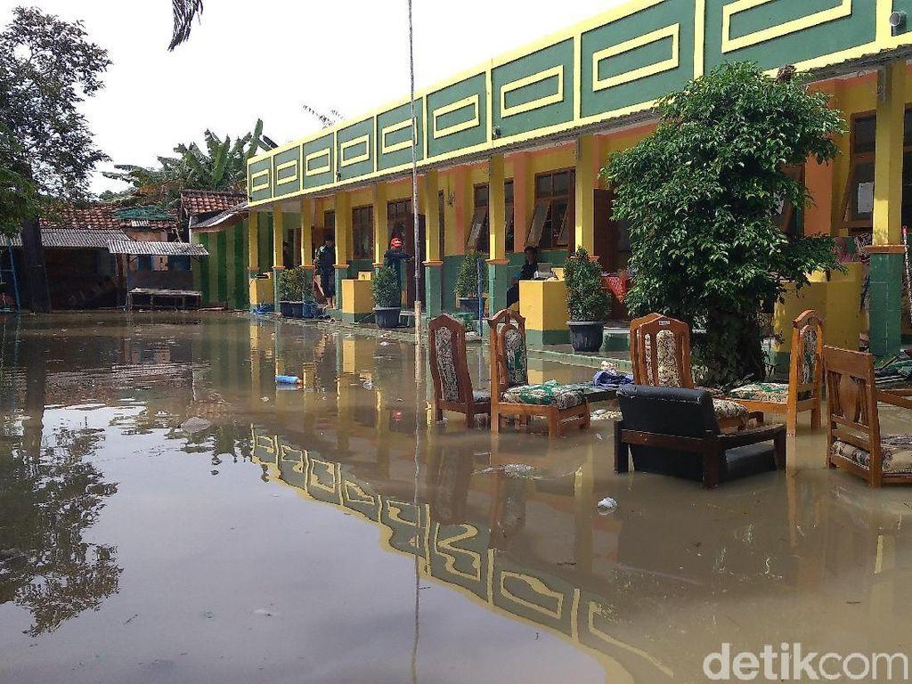 Banjir Terjang Sekolah di Cirebon Hentikan Aktivitas Siswa