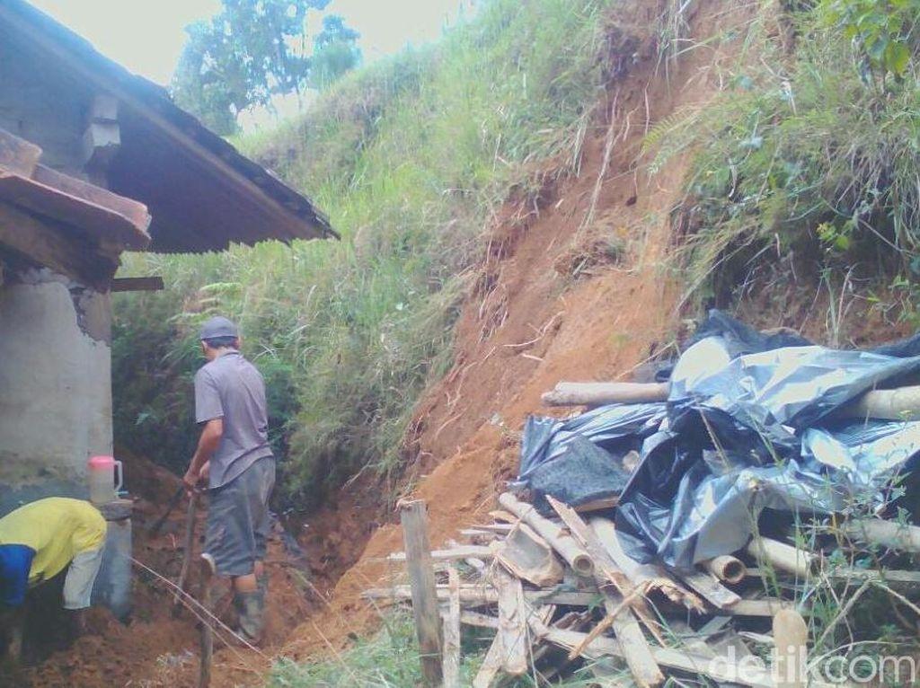 Penampakan Rumah Diterjang Longsor di Magelang