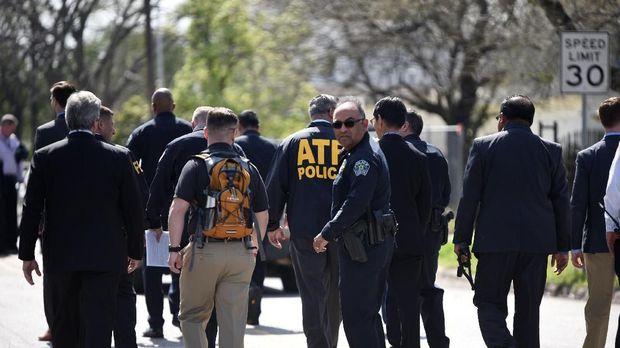 Polisi penyelidik insiden ledakan bom paket di Austin, Texas.