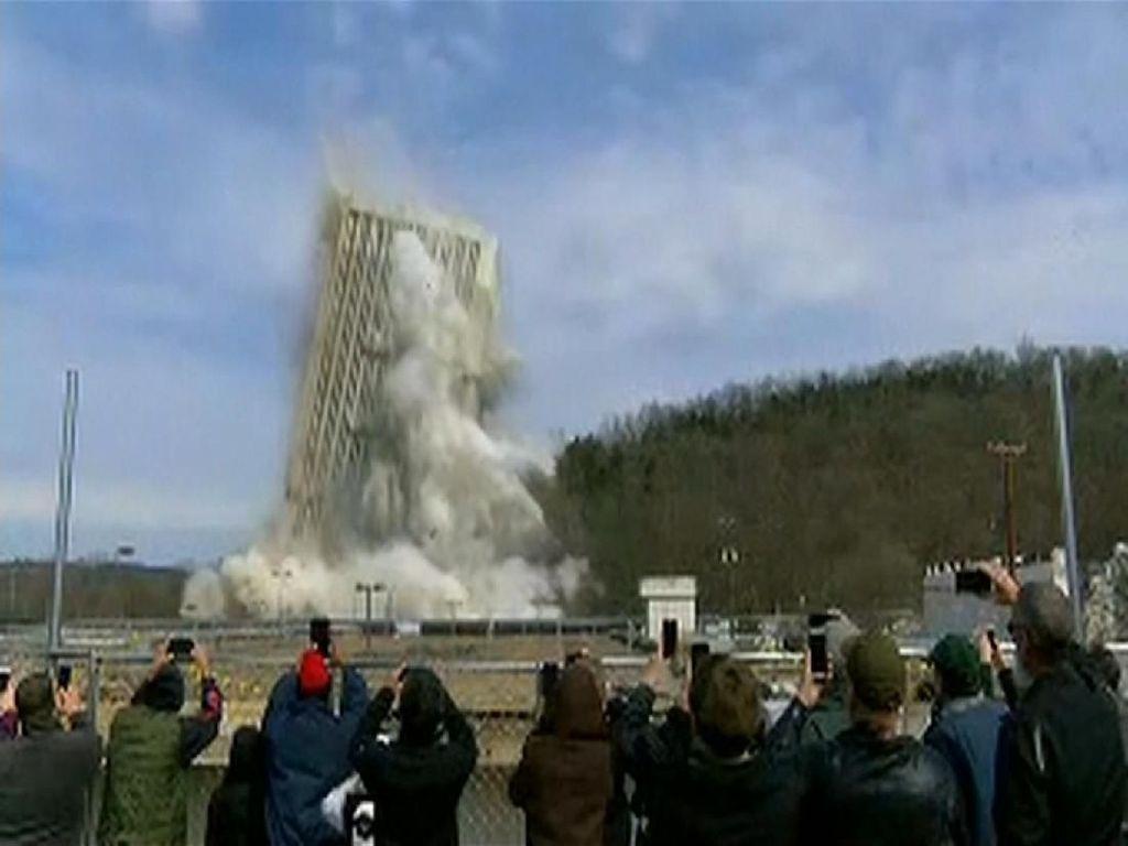 Bum! Detik-detik Capital Plaza Tower di Kentucky Diledakkan