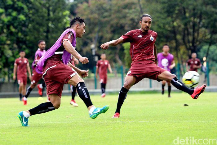 Tim Persija Jakarta melakukan latihan di lapangan A Senayan, Jakarta, Selasa (13/3/2018).