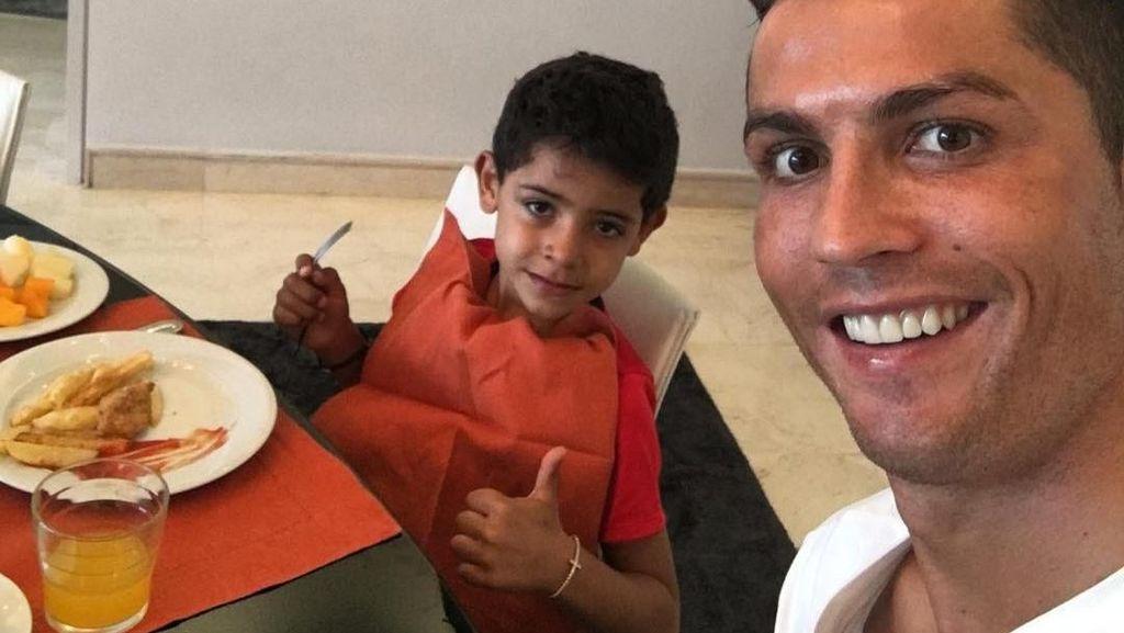 Cristiano Ronaldo Jaga Tubuhnya Tetap Atletis Meski Sering Makan Enak