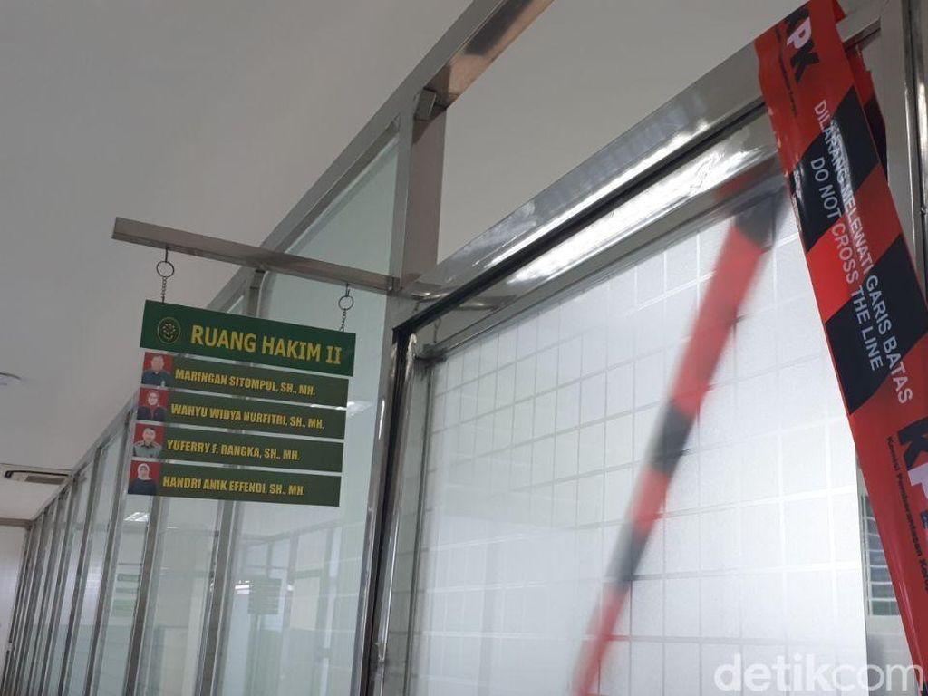 Foto: Segel KPK di Ruang Hakim dan Panitera yang Kena OTT