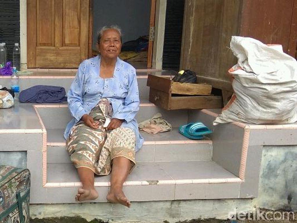 Kisah Nenek Darini, Korban Banjir Cirebon yang Rumahnya Ambruk