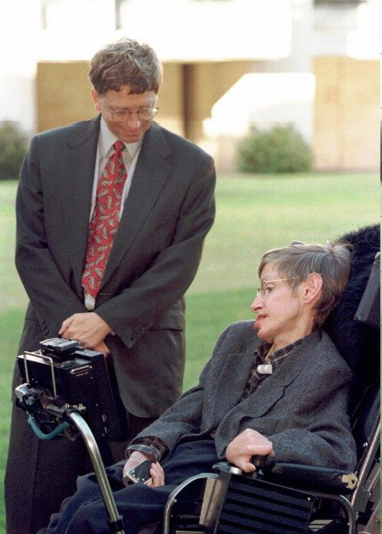 Microsoft President Bill Gates meets Professor Stephen Hawking on a visit to Cambridge University Tuesday October 7, 1997. Microsoft recently announced funding of 50 Million pounds (80 million dlrs US) for a research centre to be based in Cambridge and Bill Gates followed this up with a personal gift of 12 million (19.2 million dlrs US) to the University. (AP Photo/Findlay Kember/Pool) / AFP PHOTO / POOL / FINDLAY KEMPER