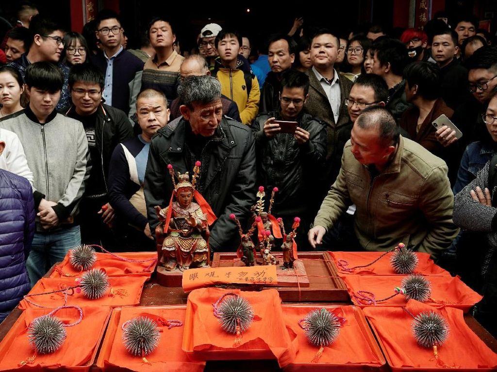 Aksi Ngeri Pria Main dengan Bola Berpaku hingga Berdarah-darah