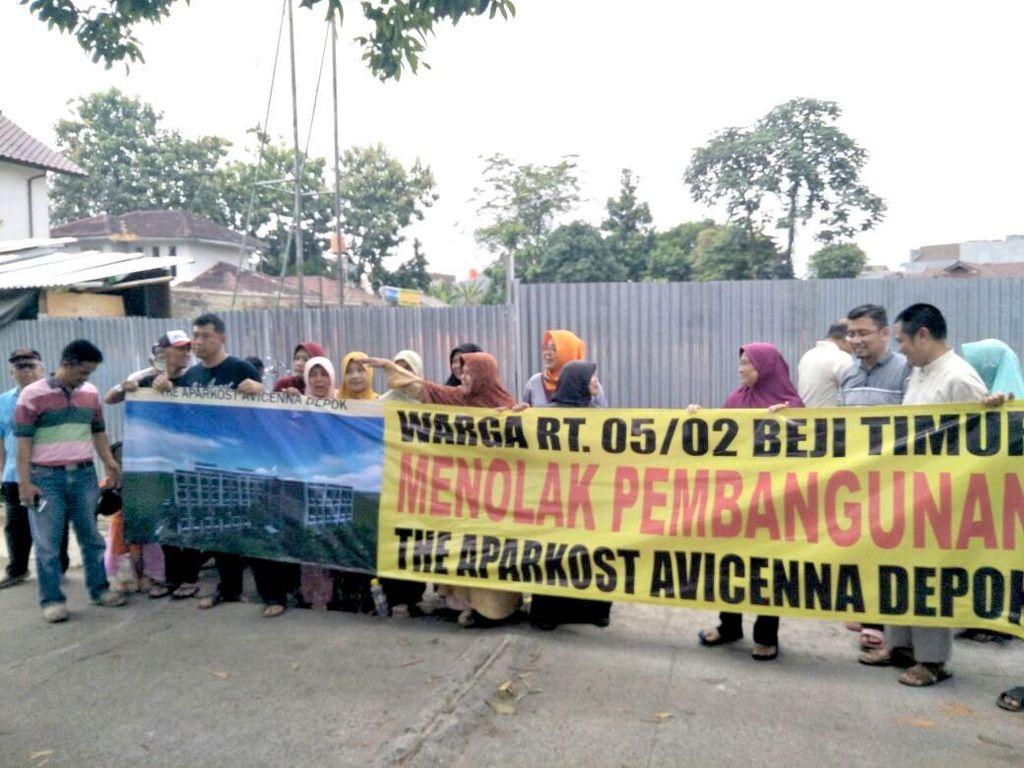 Rumah JJ Rizal Digeruduk dan Portal Jalan Dirusak