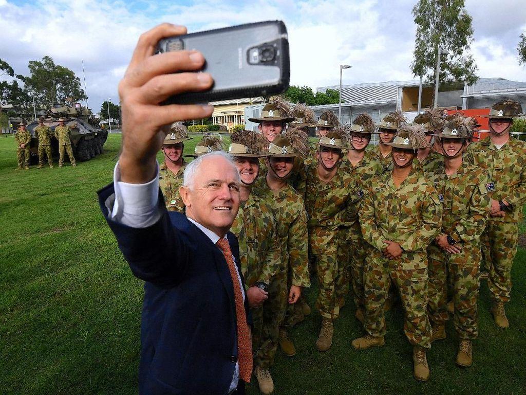 Gaya PM Australia Selfie Bareng Tentara