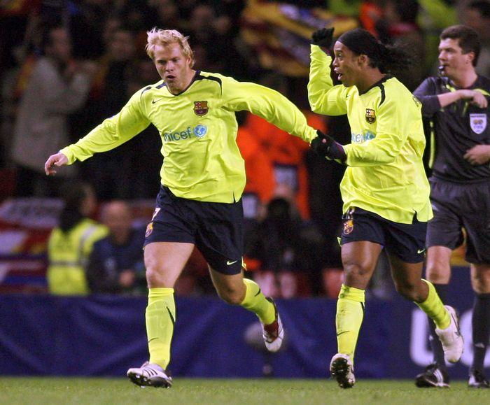 Eidur Gudjohnsen menjadi salah satu pemain Chelsea saat Jose Mourinho datang ke Stamford Bridge pada 2004. Di musim 2008/2009 dia datang ke Barcelona dan bertemu Pep Guardiola. (AFP PHOTO / PAUL ELLIS)