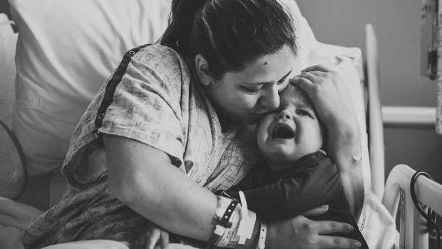 Momen Emosional Saat Kakak Cemburu pada Adiknya yang Baru Lahir