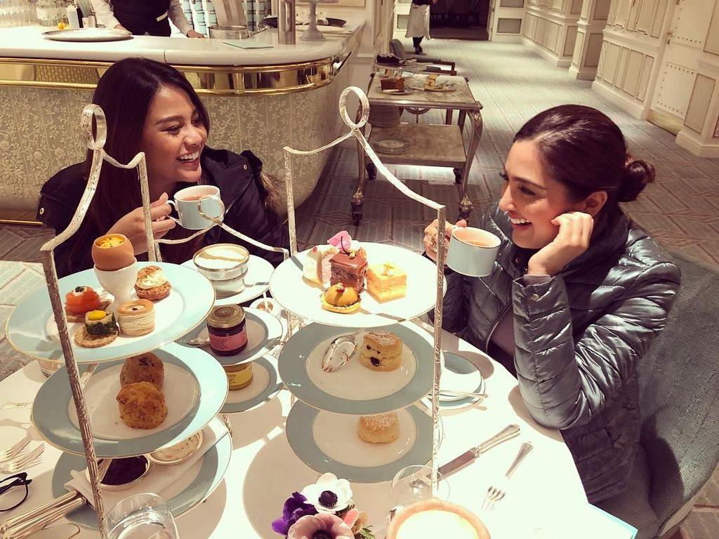 Mengintip Afternoon Tea Ashanty dan Aurel Hermansyah di London