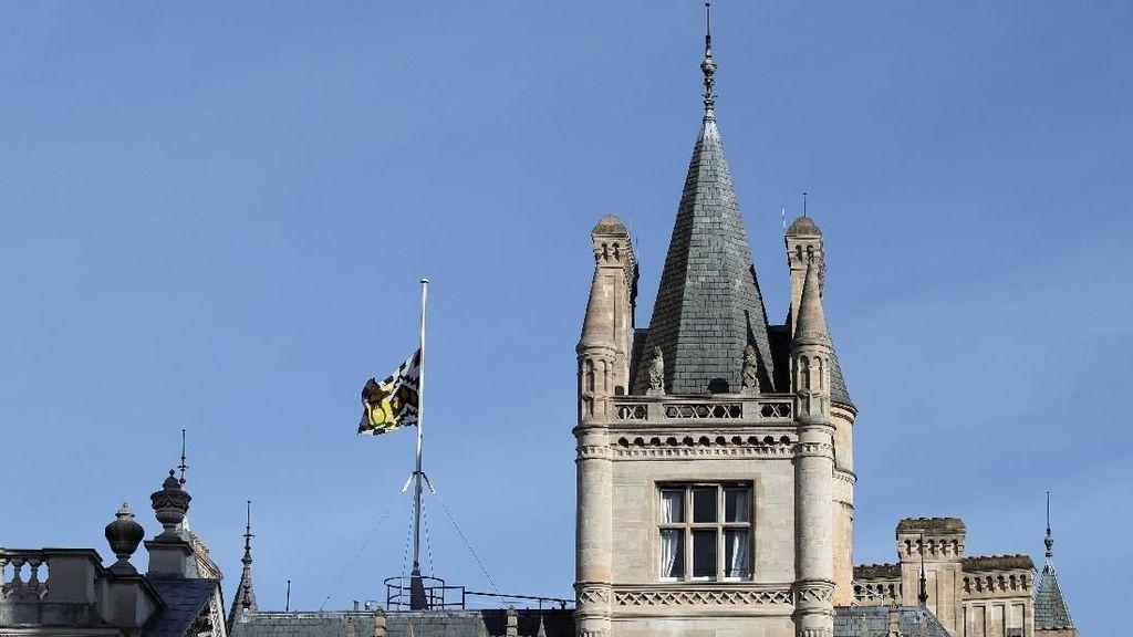 Bendera Setengah Tiang untuk Mendiang Stephen Hawking